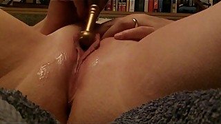 Rusty plays with her lippy pussy in bed